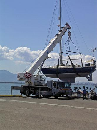 Caladh_being_craned_into_the_water_in_Cagliari.jpg