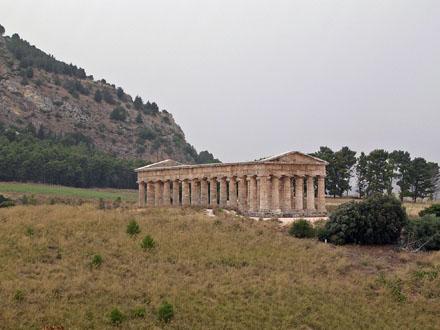 Doric_temple_at_Segesta.jpg