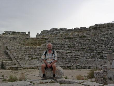 Simon_in_the_amphitheatre_at_Segesta.jpg
