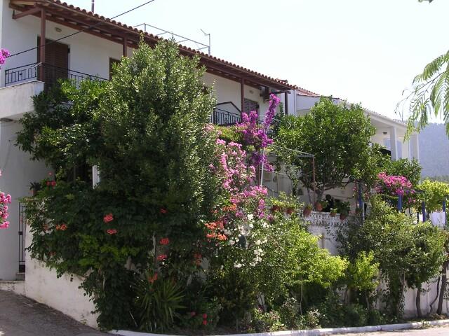Street_scene_at_Elios.jpg