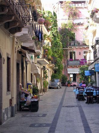 Street_scene_at_Taormina.jpg