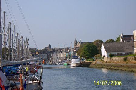 Looking_from_the_marina_to_the_town_of_Vannes.jpg