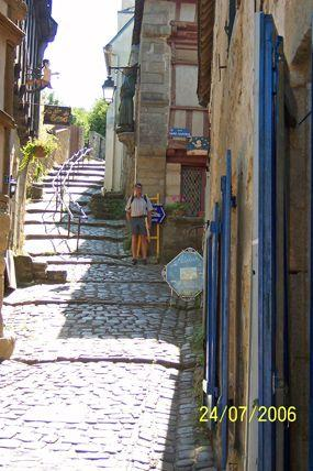 Narrow_street_Auray.jpg