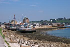 Old_boats_in_the_harbour_at_Cameret.jpg