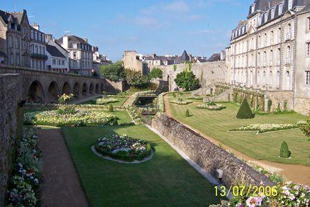 The_gardens_by_the_ramparts_Vannes.jpg